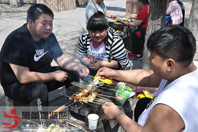 李日旭和队友在一起烧烤