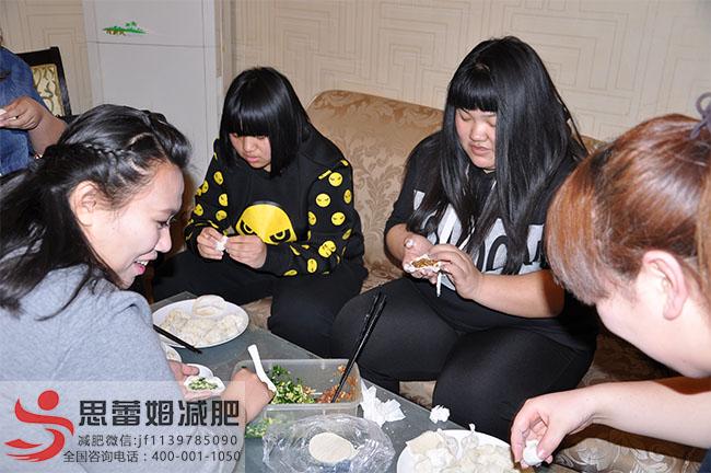 王雪和队友们在包饺子