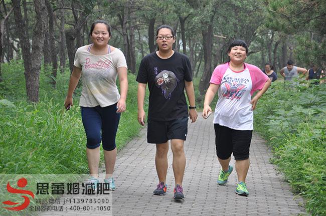 王雪和队友在走路